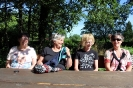 Gabi, Ingrid, Renate und Maggy am Picknicktisch