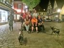 Gruppenbild mit Maskottchen