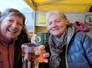 Gabi und Ingrid warten in der Bar mit dem Jagertee