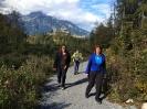 Gabriela, Gabi und Sabine mit der Ruine Ehrenberg im Rücken
