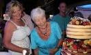 Lilian und Mama beim Torte inspizieren