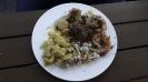 Fleisch und Garnelen mit mitgebrachtem Kartoffelsalat und Reissalat