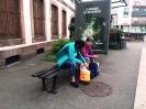 Total k.o. nach dem Shoppen warten wir auf den Bus nach Wintzenheim