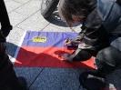 Maggy unterschreibt auch auf der Fahne wie Gabi